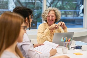 Senior Frau als Dozentin im Seminar für Weiterbildung