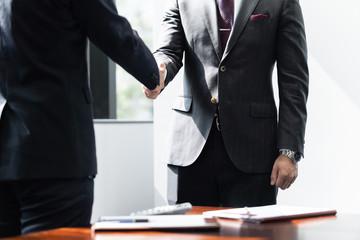 男性ビジネスマン同士の握手