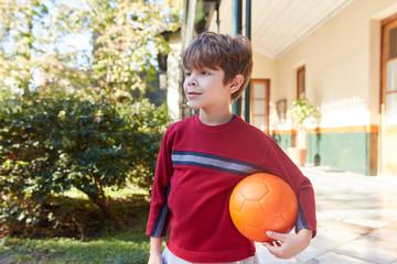 Junge freut sich auf ein Fußballspiel
