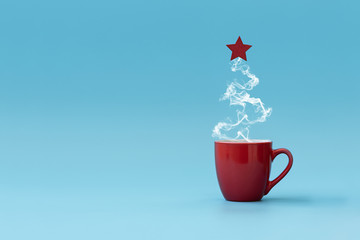 Photo sur Plexiglas The Christmas tree made of steaming coffee with red star. Morning drink. Christmas or New Year celebration concept. Copy space.