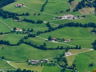 Bauernhöfe und Wegstrukturen an der hohen Salve in Tirol