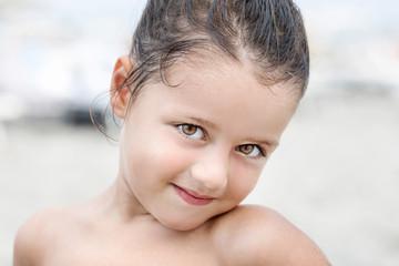 Volto di bambina in spiaggia