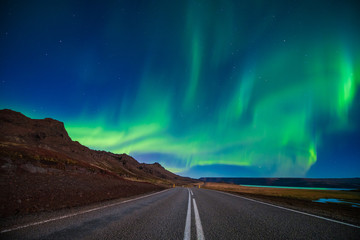 Photo sur Aluminium Aurore polaire Amazing Northern lights, aurora borealis at Vesturhorn mountain in Iceland