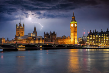 Fotomurales - Der beleuchtete Westminster Palast mit Big Ben Turm an der Themse bei Gewitter und Sturm in London, Großbritannien