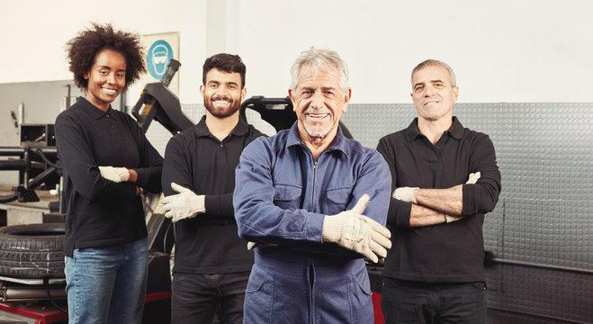 Mechatroniker Team mit Meister in Werkstatt