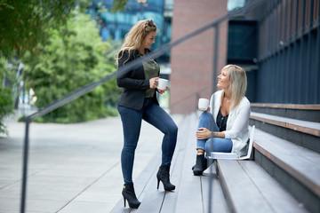 Arbeitskolleginnen beim Pausenkaffee, in einer Besprechung