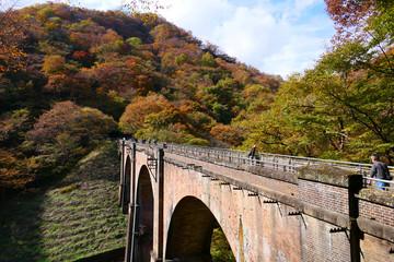 秋の碓氷第三橋梁、通称 めがね橋。安中 群馬 日本。11月上旬。