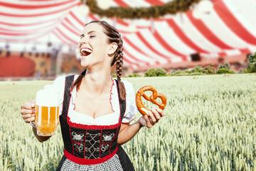 Fototapete - schöne Frau mit Bier Maß und Brezel im Festzelt