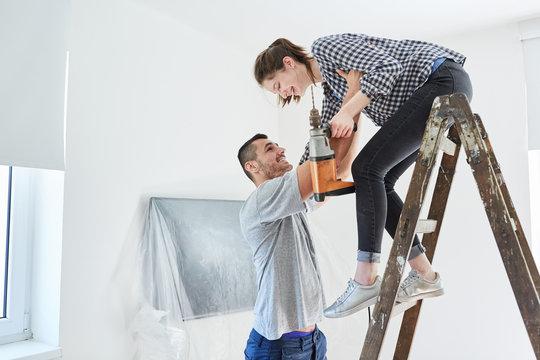 Junges Paar beim Renovieren zusammen