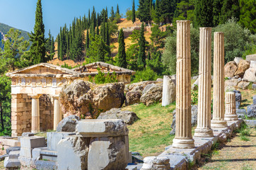 Fotomurales - Ancient city of Delphi with ruins of the temple of Apollo, the omfalos (center) of the earth, theater, arena and other buildings, Greece