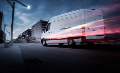 Lieferwagen bei Morgendämmerung in einer Stadt