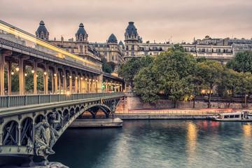Fototapete - Bir-Hakeim bridge at sunset in Paris