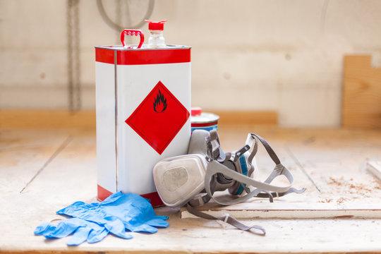 Brandgefahr Reinigungsmittel Holzöl und Arbeitsschutz Atemmaske und Handschuhe Gummihandschuhe auf Werkbank Werkstatt Ölen Lackieren Holzwerkstatt,