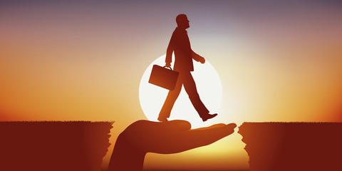 Concept de la solution, avec une main qui sert de pont et facilite le franchissement d'un obstacle à un homme d'affaire en l'aidant à atteindre son objectif.