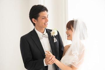笑顔で寄り添う花嫁と花婿