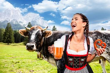 Fototapete - Frau im Dirndl mit Maß in den Alpen