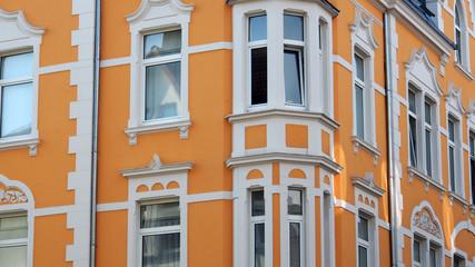 Bielefeld, NRW, Deutschland: Altbau, gelbe Stuckfassade