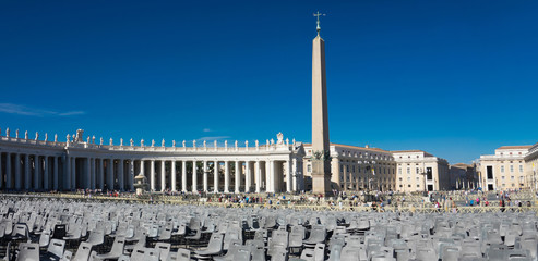 Rows of empty chairs on St. Peter's square in Vatican Fotomurales