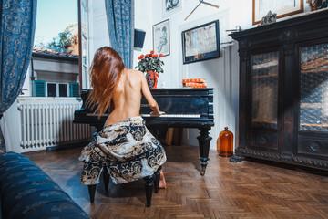bella ragazza suona un pianoforte a coda Wall mural