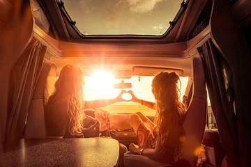 Paar im Wohnmobil bei Sonnenuntergang in Romantischer Stimmung