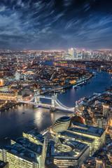 Fototapete - Blick auf London am Abend: von der Tower Bridge entlang der Themse bis zum Finanzzentrum Canary Wharf