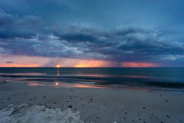 Morze Rowy zachód słońca z chmurami burza