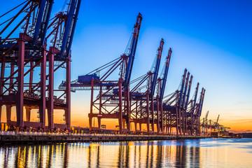 Hamburger Containerhafen bei Nacht