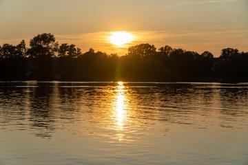romantischer Sonnenuntergang auf See