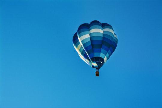 piękny kolorowy balon na błękitnym niebie