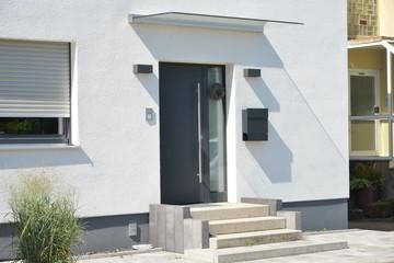 Moderner Hauseingangsbereich in einem neu gebauten Mehrfamilien-Wohnhaus