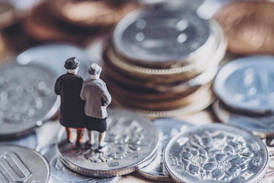 お金とミニチュア高齢夫婦