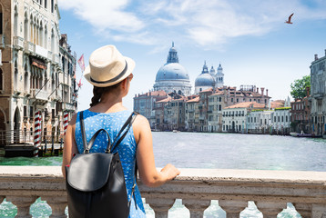 Poster Venetie Woman Looking At Grand Canal In Venice