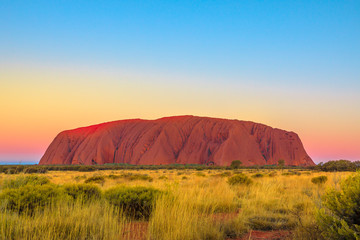 Uluru or Ayers Rock after sunset. L'iconico monolith at twilight in Uluru-Kata Tjuta National Park, Australia, Northern Territory. Aboriginal land in Australian outback or Red Centre.