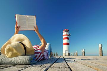 Wall Mural - Buch lesen im Urlaub