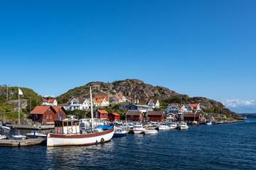 Fototapete - Blick auf den Ort Rönnäng in Schweden