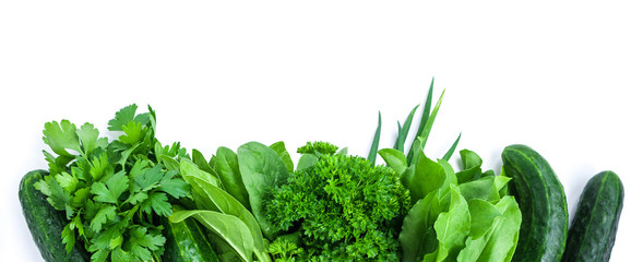 Photo sur Toile Légumes frais fresh green vegetables and herbs border on white background