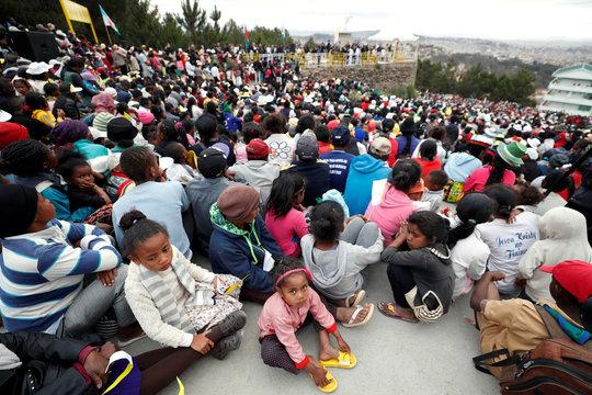 Pope holds prayer for workers at Mahatzana work yard
