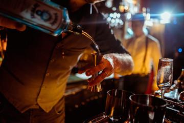 Fototapeten Alkohol process of preparing a cocktail bartender
