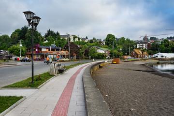 Paseo a orillas del lago Llanquihue en la ciudad de Puerto Varas