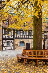 Fototapete - Alte Hofhaltung, Baum mit Rundbank, Historisches Bamberg -  Deutschland
