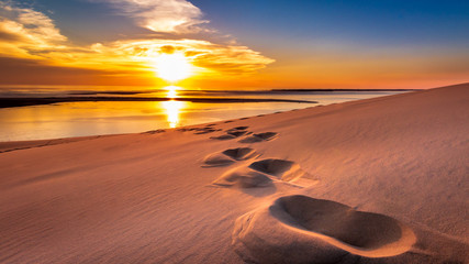 Obraz Into the Sunset - Footsteps in the sand of the Dune du Pilat - fototapety do salonu