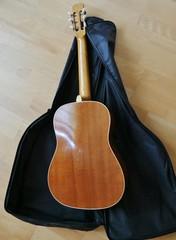 Rückseite der KOnzertgitarre auf Tasche