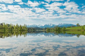 Spiegelung der Wolken in einen klaren Bergsee