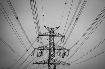 Schwarzweiß Bild - Stahlmast mit Stromleitungen