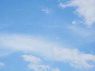 Foto op Plexiglas Hemel blue sky background with small transparent clouds