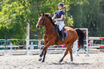 Young female horse rider on equestrian sport event Papier Peint