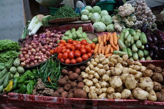 gurken und obst und gemüse auf einem markt in afrika