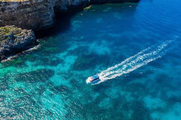 Fototapete - Tourist boat near cliffs