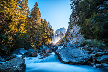 Papiers peints Rivière de la forêt Vernal Falls waterfall of Yosemite National Park from the water that falls into the stones, long exposure photo. California, United States