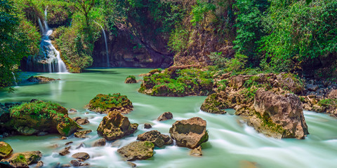 Poster Olijf Long exposure panorama of the limestone ridge with cascades and waterfalls of Semuc Champey in the Peten jungle and rainforest of Guatemala.